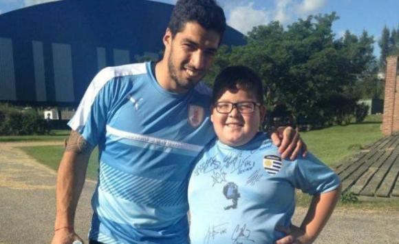 Lucas cumplió el sueño de conocer a Luis Suárez