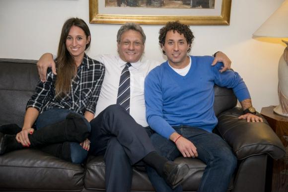 Alberto, Yanina y Martín Kesman comparten la pasión por la comunicación. Foto: Archivo El País