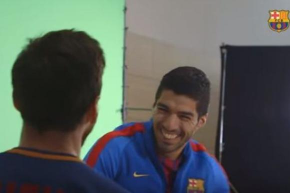 Luis Suárez y Lionel Messi muy divertidos en la presentación de la camiseta