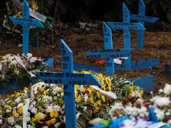 Varias tumbas de los presos muertos en los motines de la última semana.  Foto: AFP