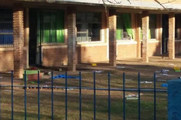 Vandalizaron la escuela Simón Bolívar. Foto: @juanjoolaizola / Twitter.