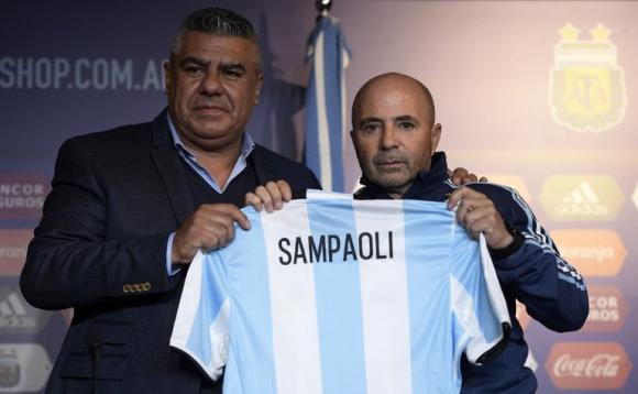 Claudio Tapia y Jorge Sampaoli en la presentación del DT. Foto: AFP