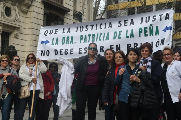 Colegas protestando el procesamiento con prisión de la médica de Bella Unión. Foto: F. Flores