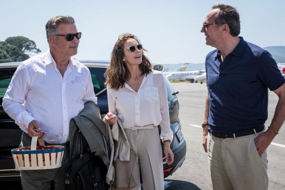 El socio de un productor de cine lleva a la esposa de éste a París en auto.