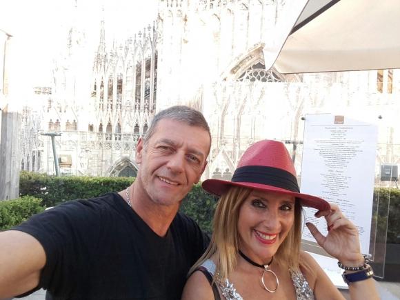 Leo Nedeff y Laura Martínez probándose sombreros en Milán.