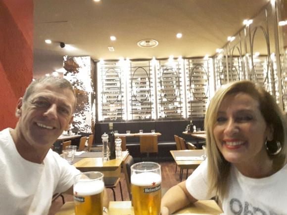 La feliz pareja disfrutando de una cerveza europea.