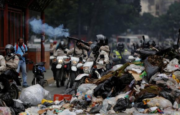 Piquetes y basura: las nuevas modalidades de protesta en Venezuela. Foto: Reuters