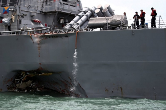 Destructor dañado cerca de Singapur. Foto: Reuters.