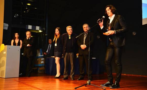 Edinson Cavani recibe su premio en la ceremonia de entrega de Premios Charrúa. Foto: Gerardo Pérez