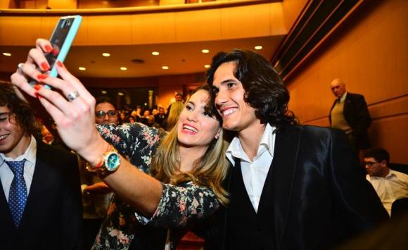 Edinson Cavani y Alejandra Scarrone se toman una foto en la ceremonia de entrega de Premios Charrúa. Foto: Gerardo Pérez