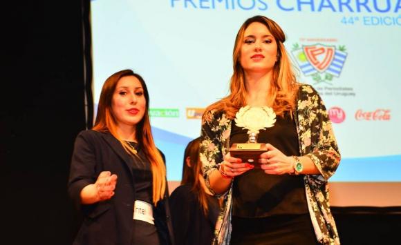 Alejandra Scarrone, de Handball, recibe su premio en la ceremonia de entrega de Premios Charrúa. Foto: Gerardo Pérez