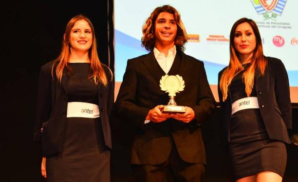 Julián Schweizer, de Surf, recibe su premio en la ceremonia de entrega de Premios Charrúa. Foto: Gerardo Pérez