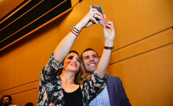 Alejandra Scarrone se toma una foto con Gastón Reyno en la ceremonia de entrega de los Premios Charrúa. Foto: Gerardo Pérez.