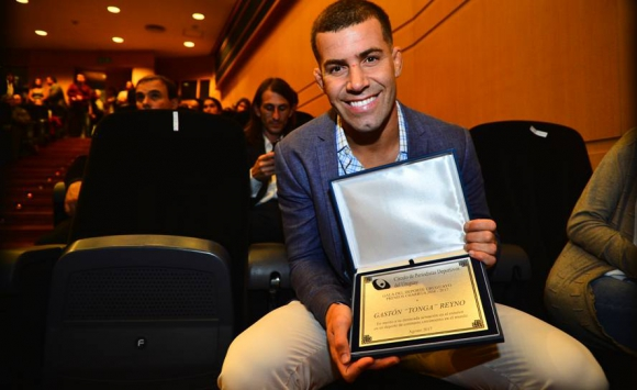Gastón Reyno muestra su distinción en los Premios Charrúa. Foto: Gerardo Pérez.