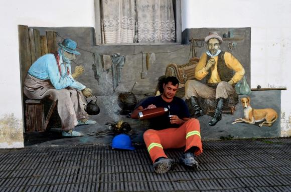 La Fiesta de la Patria Gaucha en Tacuarembó inspiró a la artista para pintar los murales de la casa que compró en la Villa 25 de Agosto. Foto: AFP