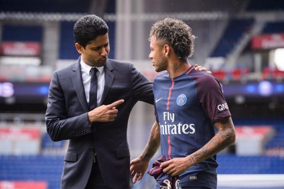 Neymar junto a Nasser Al Khelaifi en su presentación. Foto: EFE