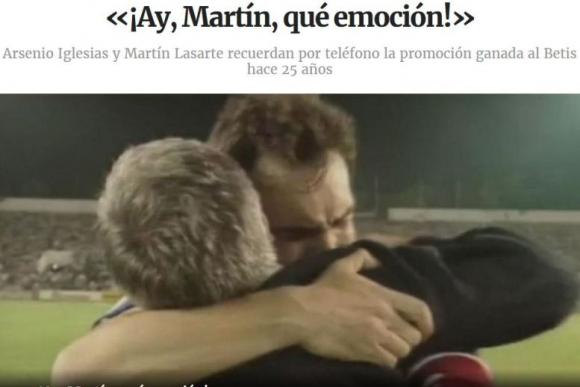 Martín Lasarte en un apretado abrazo con el técnico Arsenio Iglesias hace 25 años. Foto: La Voz de Galicia