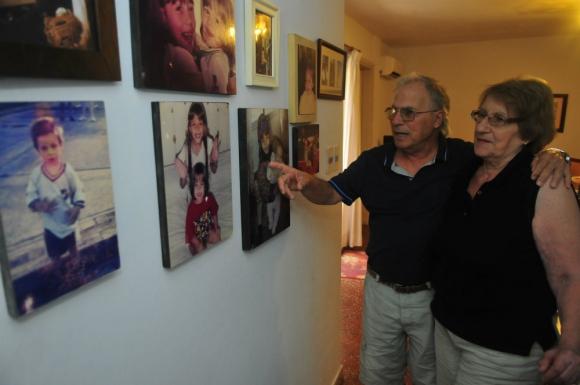 La casa de Antonia y Hugo está llena de fotos de sus nietos. Foto: F. Flores.