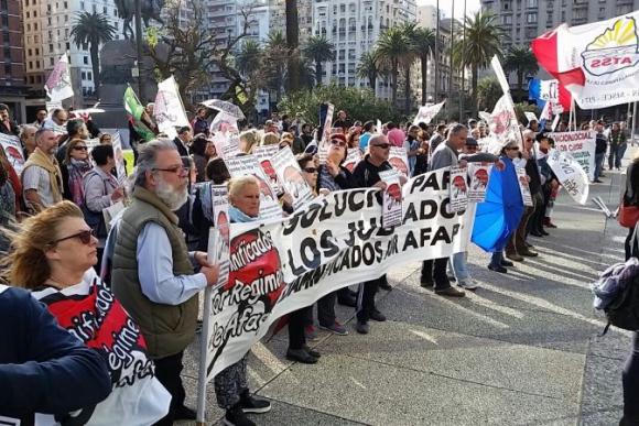 Cincuentones se manifiestan frente a la Torre Ejecutiva. Foto: Ariel Colmegna.