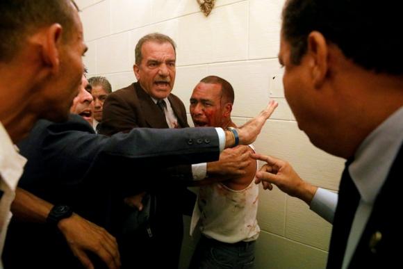 Colectivos chavistas ingresaron al Parlamento y atacaron a diputados. Foto: Reuters.