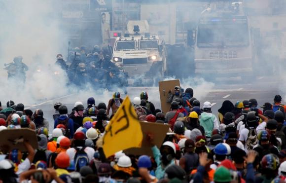 Opositores marcharon hacia el centro de Caracas, pero fueron bloqueados por la policía. Foto: Reuters