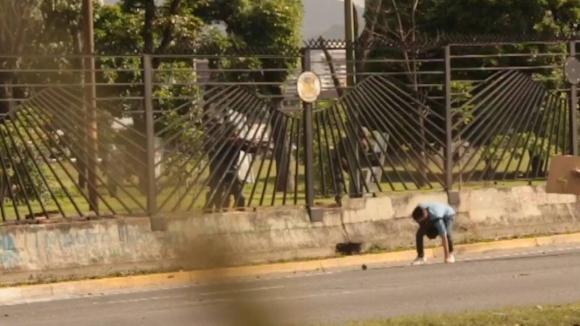 Momento en que le disparan al joven. Foto: captura de pantalla/ El Nacional GDA