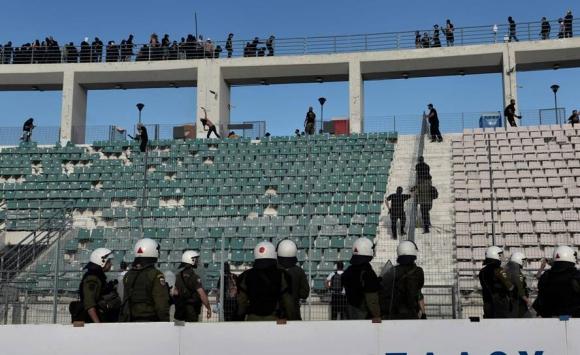 Los hinchas de AEK ATenas y PAOK se pelearon en la previa a la final de la Copa Grecia. Foto: Reuters.