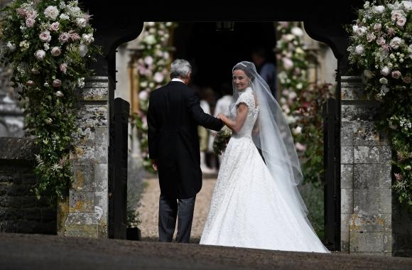 Pippa Middleton y su padre llegando a su hogar. Foto: Reuters