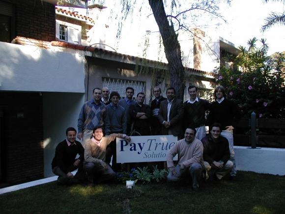 Sede. El equipo de PayTrue posa en la casa que fue su primera oficina. (Foto: Gentileza Diego Nario)