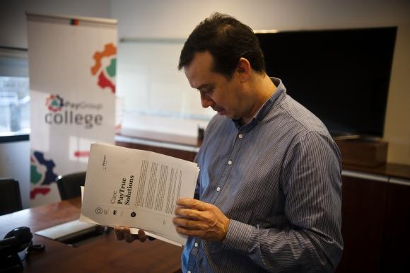 Paper. El CEO de la compañía repasa las páginas del caso que se escribió sobre su empresa. (Foto: Fernando Ponzetto)