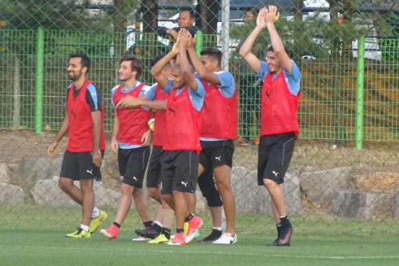 El equipo vestido de rojo obtuvo la victoria en el fútbol informal. Foto: @Uruguay