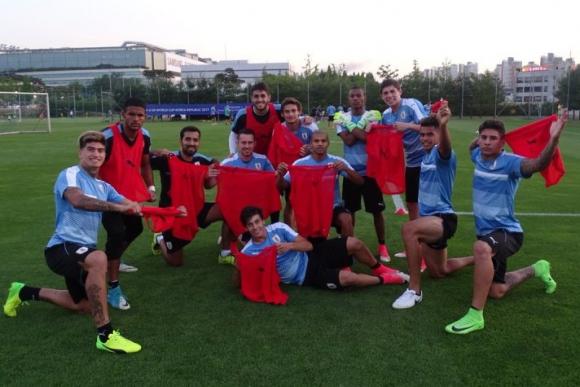 La celebración final del equipo rojo, una foto para gastar a los perdedores. Foto: @Uruguay