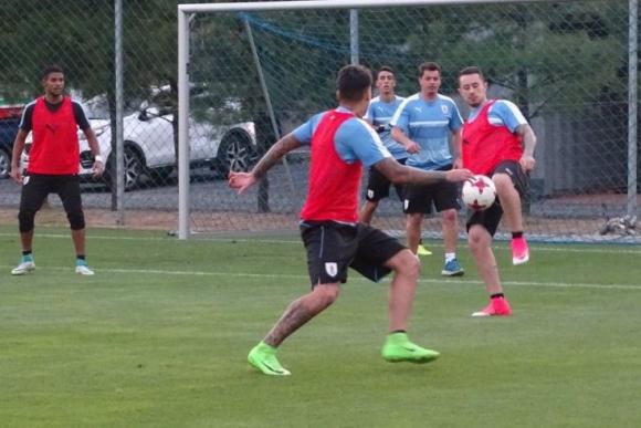 Rodrigo Amaral la domina y Matías Olivera se abre para recibir. Foto: @Uruguay