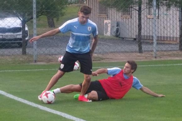 Nicolás Schiappacasse escapa de Juan Manuel Boselli. Foto: @Uruguay