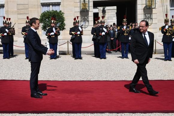 El nuevo presidente de Francia y el mandatario saliente en el Palacio del Elíseo. Foto: AFP
