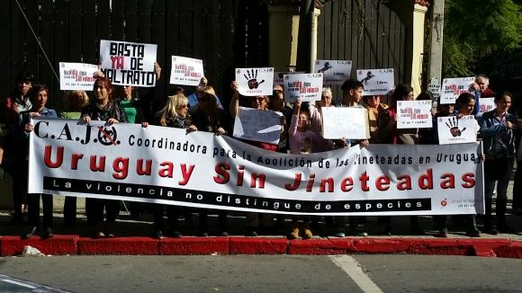 Activistas se movilizan en la Criolla del Prado en contra de las jineteadas. Foto: Ariel Comegna