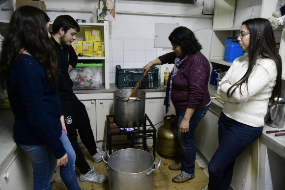 Aprontes: una de tantas cocinas en colegio a Católico del Cordón. Foto: M. Bonjour