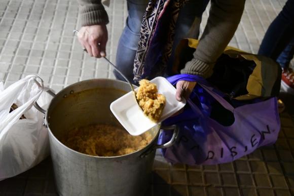 Jóvenes de la Brigada Caldo salen los miércoles de noche a entregar alimentos en calles del Cordón, Sur y Palermo. Foto: M. Bonjour