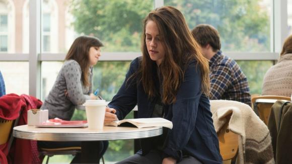 Kristen Stewart es una joven universitaria que se autoflagela.