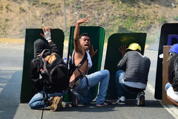 La oposición se enfrenta a la Policía que recibió ayuda de la Guardia Nacional. Foto: AFP