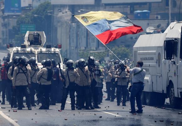 La oposición se enfrenta a la Policía que recibió ayuda de la Guardia Nacional. Foto: Reuters