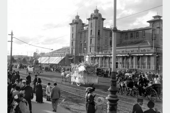 Desfila de Carnaval en el año 1920 (apróximadamente). Foto: Centro de Fotografía