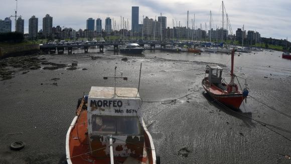 Barca de pescadores encallada como consecuencia de la segunda bajante. Foto: F. Ponzetto