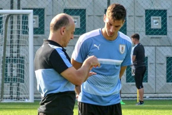 Fabián Coito analizando con Rodrigo Bentancur aspectos del próximo rival. Foto: @Uruguay