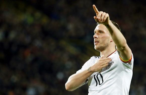 Lukas Podolski se retiró de la selección alemana con un golazo. Foto: EFE