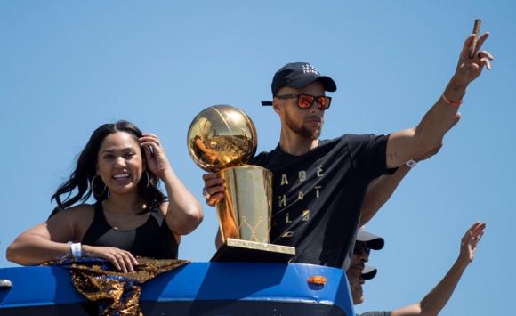 Stephen Curry en los festejos en Oakland con su esposa. Foto: Reuters