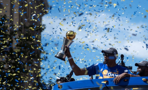 Kevin Durant con el trofeo de MVP en los festejos en Oakland. Foto: Reuters