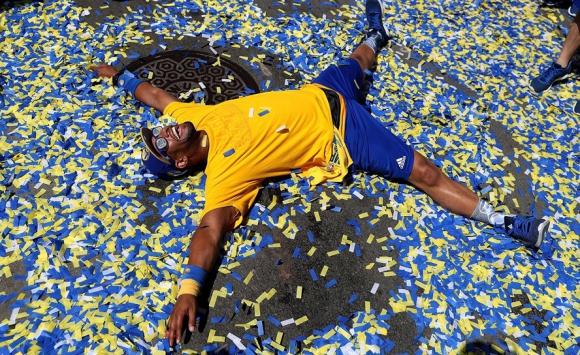Un hincha de los Warriors en los festejos en Oakland. Foto: AFP
