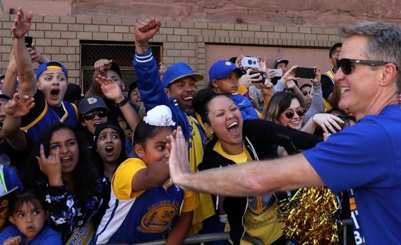 El entrenador Steve Kerr en los festejos en Oakland. Foto: AFP