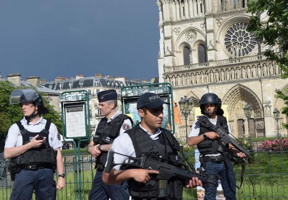 Además de un martillo el atacante llevaba cuchillos de cocina. Foto: AFP